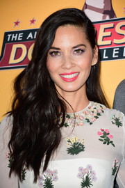Olivia Munn's bright pink lipstick totally perked up her beauty look.