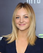 Abby Elliott chose a sleek and straight 'do for her look at the 'Star Trek Into Darkness' screening in NYC.