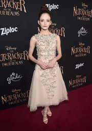 Mackenzie Foy complemented her dress with a pair of cream-colored triple-strap sandals by Sophia Webster.