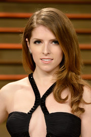 Anna Kendrick wore her hair loose with curly ends during the Vanity Fair Oscar party.