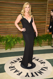 Amy Schumer looked seductive at the Vanity Fair Oscar party in a black evening dress with a down-to-there neckline.