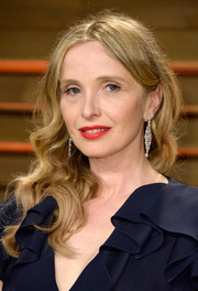 Julie Delpy wore beautiful center-parted waves during the Vanity Fair Oscar party.