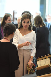 Queen Letizia of Spain accessorized with a festive gold straw clutch by Suma Cruz for her tour of London.