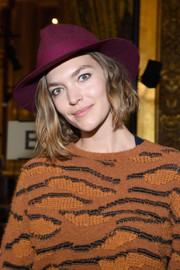 Arizona Muse arrived for the Stella McCartney Fall 2018 show rocking a burgundy fedora.