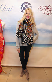 Stephanie Pratt opted for a laid back look in a pair of black skinny jeans, a slouchy oatmeal sweater and a colorful print scarf.