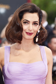 Amal Clooney dolled up her lobes with a pair of gemstone drop earrings by Lorraine Schwartz.