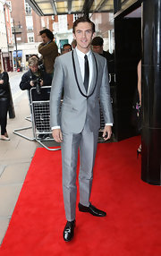 Dan Stevens looked dapper and sleek in a silver shawl-collar tux that featured black trim.