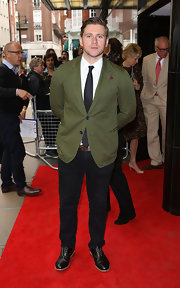 Allen Leech chose a colorful red carpet look when he opted for a forest green blazer.