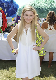 Abigail opted for a white button-down A-line dress for the Super Saturday 14 benefit in NYC. Long straight locks and a pendant necklace wrapped up her summer look.