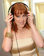 Molly Ringwald amped up the glam with an exquisite gold cuff bracelet.