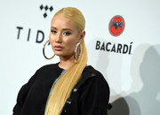 Iggy Azalea sealed off her look with a pair of massive sterling hoops.
