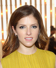 Anna Kendrick wore an oh-so-pretty side-parted wavy 'do at the Jenny Packham fashion show.
