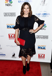 For a dash of color, Mariska Hargitay accessorized with a red leather clutch by Saint Laurent.