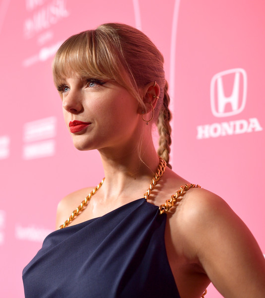 Taylor Swift Diamond Hoops [red carpet,hair,hairstyle,beauty,blond,lip,shoulder,chin,hair coloring,fashion,brown hair,billboard women in music 2019,youtube,california,los angeles,taylor swift,youtube music]