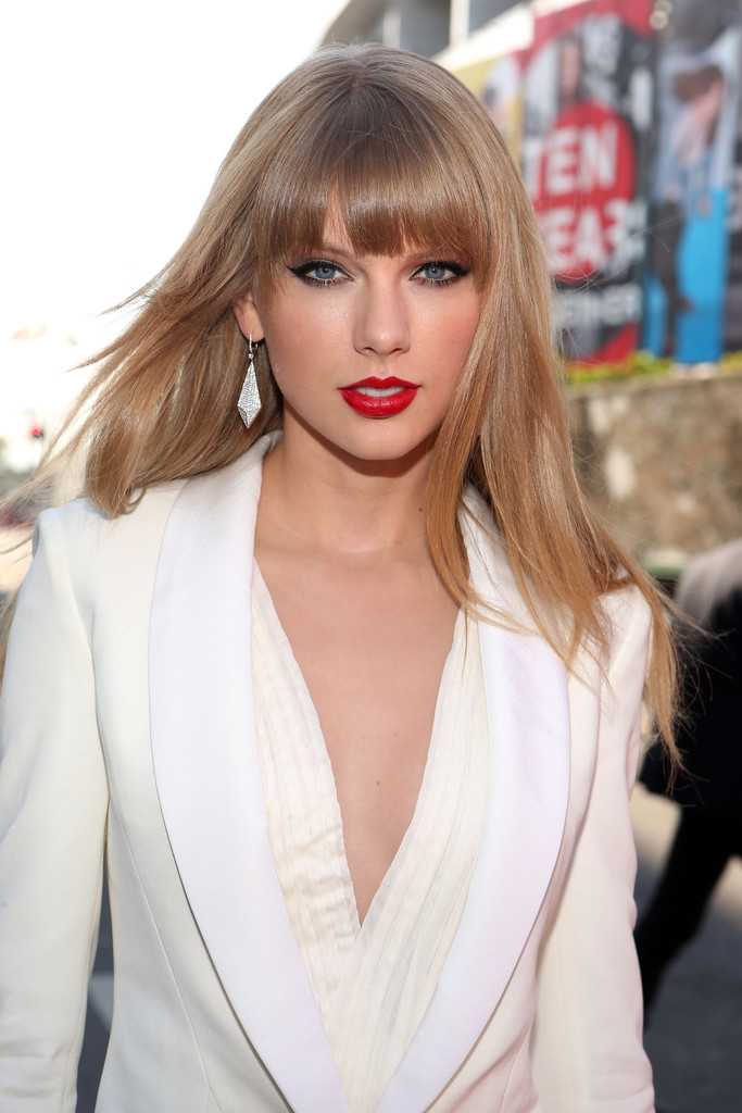 Taylor swift long hairstyles taylor swift hair stylebistro taylor was a knock out at the mtv vmas with her hair straightened to show long straight cut with bangs taylor swift urmus Images