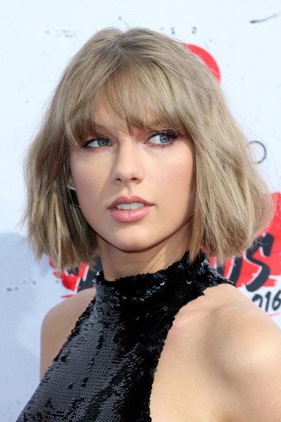 Taylor Swift Bob [hair,face,blond,hairstyle,lip,bangs,eyebrow,beauty,chin,layered hair,arrivals,taylor swift,iheartradio music awards,inglewood,california,the forum]