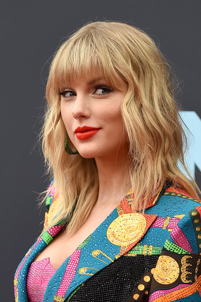 Taylor Swift Medium Wavy Cut with Bangs [hair,blond,face,hairstyle,clothing,beauty,lip,lady,chin,long hair,arrivals,mtv video music awards,hair,hairstyle,face,clothing,hair,newark,prudential center,taylor swift,taylor swift,mtv video music award,lover,song,red carpet,mtv]