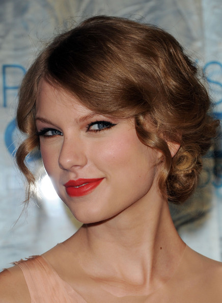 Taylor Swift Pinned Up Ringlets [hair,eyebrow,beauty,fashion model,hairstyle,human hair color,lip,chin,cheek,forehead,arrivals,taylor swift,peoples choice awards,california,los angeles,nokia theatre l.a. live]
