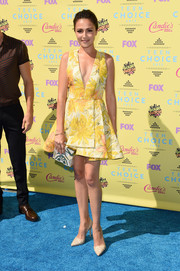 Italia Ricci completed her lovely ensemble with a pair of etched pumps.