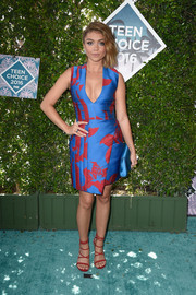 Sarah Hyland looked very mature and chic at the Teen Choice Awards wearing this deep-V tropical print dress in a striking combination of electric-blue and red.