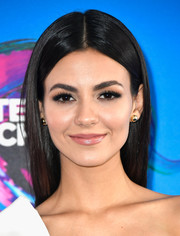 Victoria Justice wore her signature straight center-parted style when she attended the 2017 Teen Choice Awards.