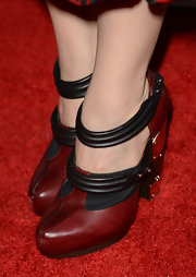 Leslie Mann's architectural red, black, and gold platform pumps matched her black and red dress really well.