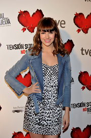"rsula flaunted her curly locks and blunt cut bangs at the premiere of ""Tension Sexual No Resuelta"". Her denim jacket and printed frock were something to gawk over."