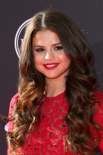 Selena's bold red lip complemented her fiery frock and made her pout pop!