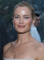 Carolyn Murphy accessorized with a pair of classic pearl drop earrings when she attended the Atlantic private dinner.