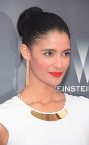 Jessica Clark topped off her ensemble with a pair of chic gold dangle earrings.