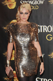 Wearing a spectacular gold paillette dress, Paola Barale really knew how to glam it up!