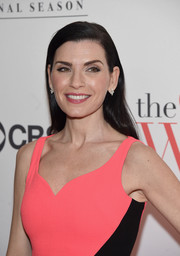 Julianna Margulies wore her tresses down in a simple side-parted style during the 'Good Wife' finale party.