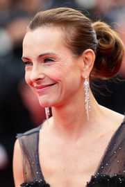 Carole Bouquet complemented her 'do with a classy pair of diamond chandelier earrings.