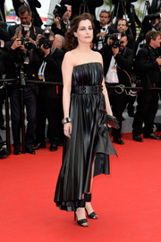 Amira Casar worked an edgy vibe in a pleated, strapless leather dress by Lanvin during the premiere of 'The Search.'