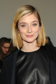 Caitlin Fitzgerald wore her hair in a casual mid-length bob during the Theory fashion show.
