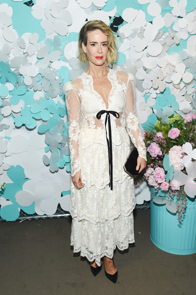 Sarah Paulson opted for black accessories, including an elegant velvet clutch.
