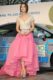 Fan Bingbing went ultra girly an off-the shoulder gown with an iridescent cream bodice and a pink ruffled fishtail skirt.