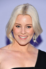 Elizabeth Banks styled her ice-blonde tresses into a loose ponytail for the Tom Ford fashion show.