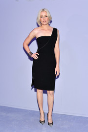 Black mesh pumps with silver toe caps polished off Elizabeth Banks' look.