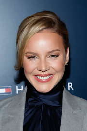 Abbie Cornish's minimal style and simple updo were perfectly pair with soft, pink lips at the Tommy Hilfiger fashion show. In selecting the right shade, she simply chose a color two shades darker than her natural lip color.