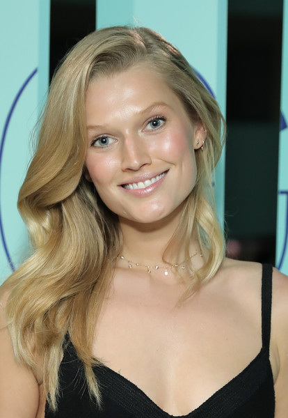 Toni Garrn Side Sweep