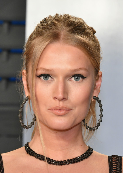 Toni Garrn Cat Eyes [oscar party,vanity fair,hair,face,hairstyle,eyebrow,chin,beauty,blond,fashion,lip,forehead,beverly hills,california,wallis annenberg center for the performing arts,radhika jones - arrivals,radhika jones,toni garrn]
