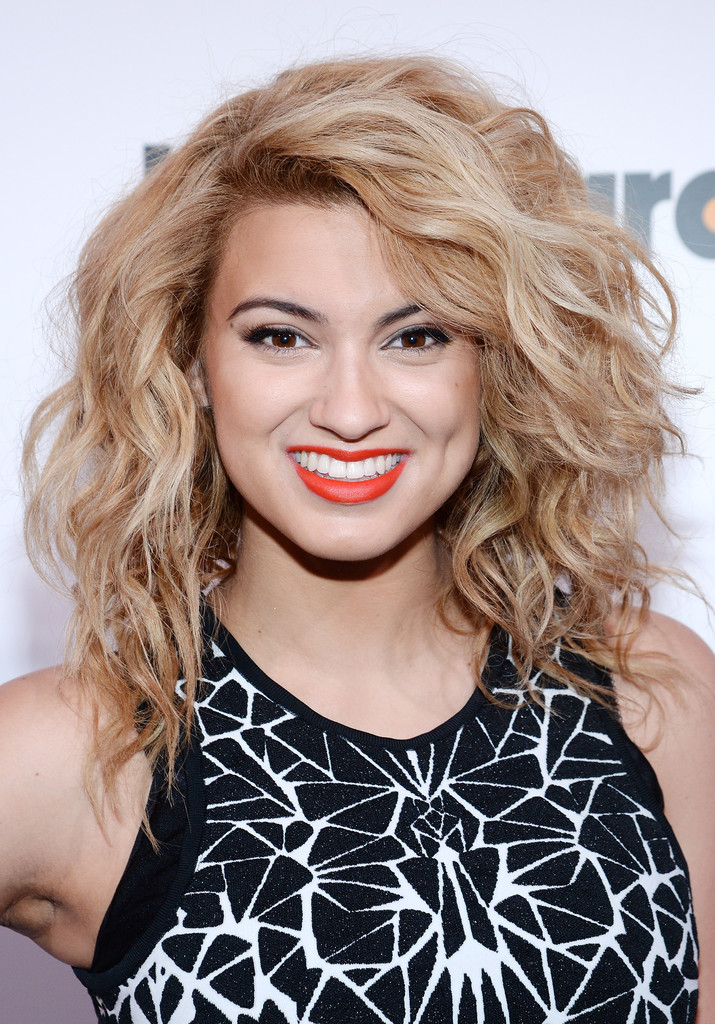Tori Kelly Medium Curls Tori Kelly Hair Looks Stylebistro