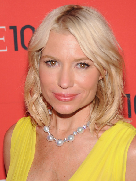 Tracy Anderson Medium Wavy Cut