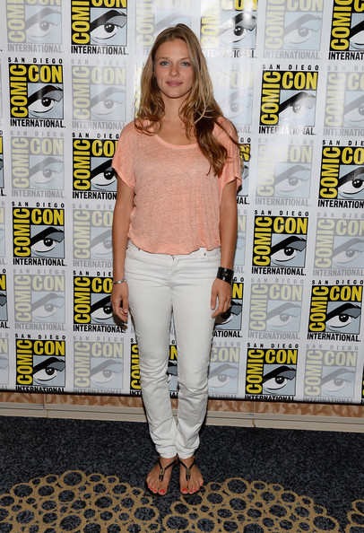Tracy Spiridakos Clothes