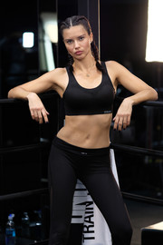 Adriana Lima gave us major abs envy when she wore this black sports bra and leggings combo while training at DogPound.