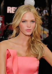Erin Heatherton styled her hair in soft curls for the premiere of 'Transformers: Dark Side of the Moon' premiere.
