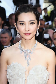 Li Bingbing highlighted her bare neckline with a diamond clad necklace.