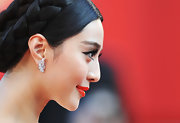 Fan always exudes elegance on the red carpet. She stepped up the glam factor with decorative diamond earrings.