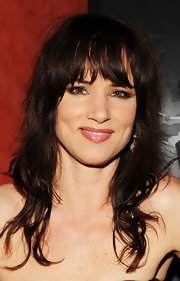 Juliette Lewis showed off her shoulder length curls and blunt cut bangs, which formed a nice frame for her face.